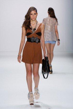 kurze Kleider bei Arrondissement-AQ1 at MBFW_SS2011_147