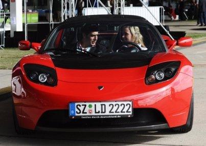 Tesla Roadster von vorn u.a. mit dem Autoren besetzt