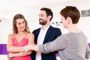 Tanzkurs - Tanzpaar mit Tanzlehrer in der Tanzschule
