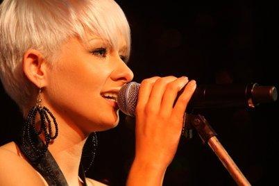 Christin Stark mit kurzen blonden Haaren - Foto 2012