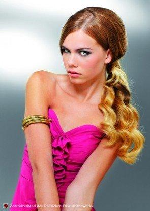 Frisur für lange Haare für eher jüngere Frauen