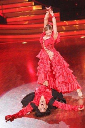Magdalena Brzeska demonstriert bei Lets dance 2012 Machtverhältnisse - Foto: (c) RTL / Stefan Gregorowius