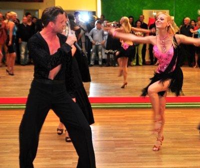 Willi Gabalier mit Christiana Leuthner zur Präsentation von Sing & Swing bei der Eröffnung des Arthur-Murray-Tanzstudios in Wien