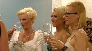 Blondinen-Alarm beim Bachelor - Melanie, Katie und Mignon - Foto:(c) RTL