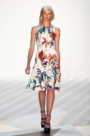 Tropische Blumen-Muster auf Weiß bei Schumacher Fashion Week Berlin für Sommer-Mode 2014 - 1