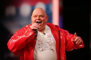 Karsten Vollmer Rock-Opa im roten Gummi-Dress beim Supertalent 2013 - Foto: (c) RTL / Stefan Gregorowius