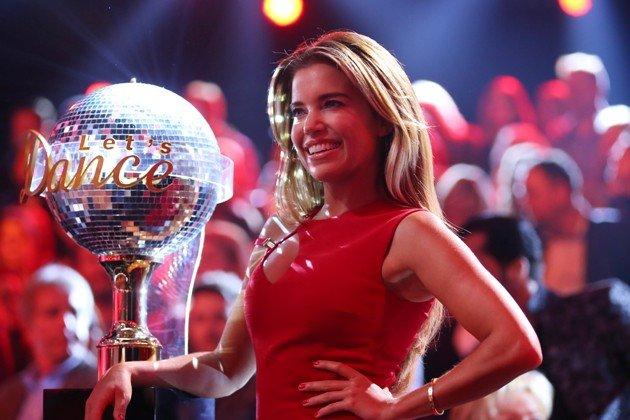 Let's dance 2015 Zuschauer und Quoten - hier Sylvie Meis mit dem Dancing Star - Pokal - Foto: © RTL – Stefan Gregorowius