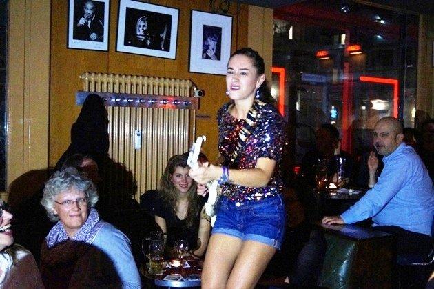 Gitarren-Prinzessin Nina Attal im Publikum beim Solo - Foto: (c) Salsango - Karsten Heimberger