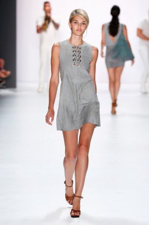 Hellgrau Sommer-Mode 2016 von Riani - Fashion Week Berlin Juli 2015 - Luisa Hartema