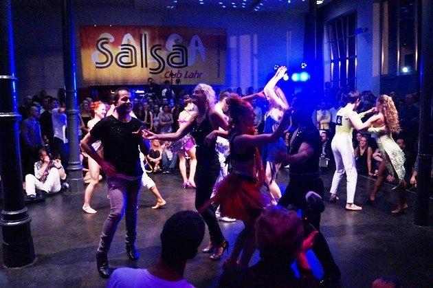 Süd-Deutsche Salsa-Meisterschaft 2015 - Gruppentanz der Salsa-Paare im Finale - Foto: (c) Salsango - Karsten Heimberger