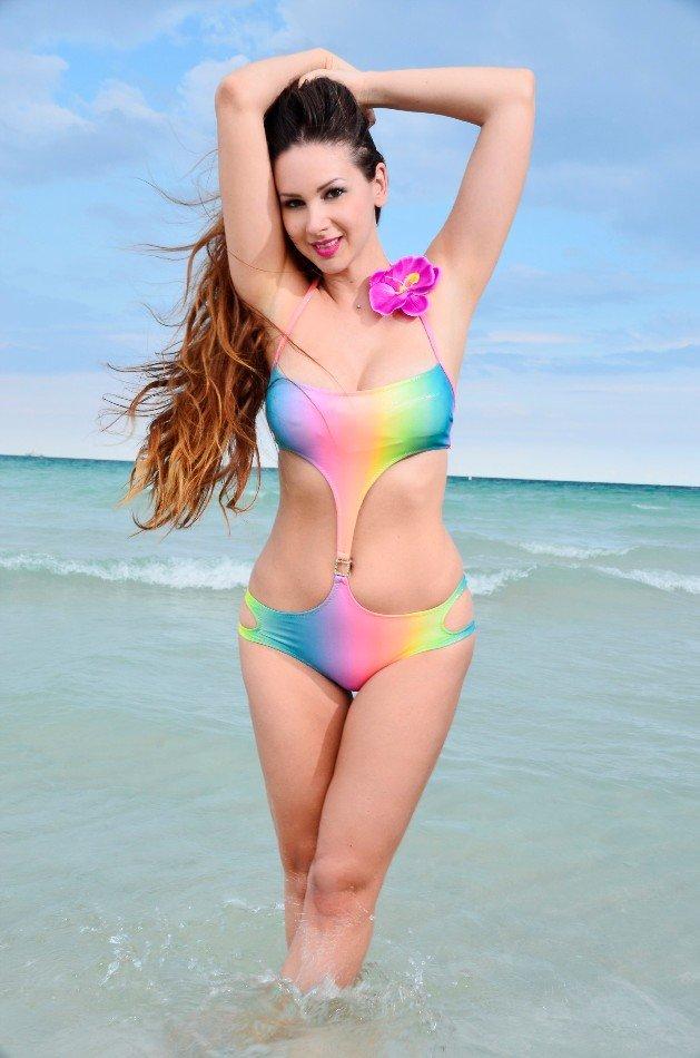 Dina vom Bachelor 2016 im Bikini