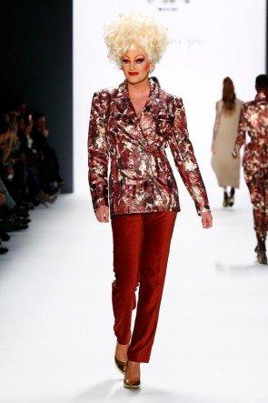 Olivia Jones als Model bei Riani zur Fashion Week Berlin Januar 2016