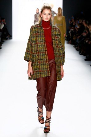Riani - Mode im Ethno-Look Herbst-Winter 2016-2017 MBFW Januar 2016 - Model Luisa Hartema - 06