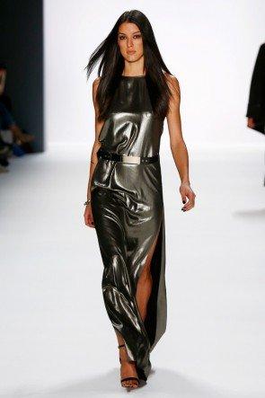 Langes Kleid von DIMITRI metallisch glänzend - Fashion Week Berlin Januar 2016 - Model Rebecca Mir