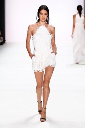 Weiß ist Trumpf für Damen und Herren - Sommermode 2017 von Dimitri zur Fashion Week Berlin - Model Rebecca Mir