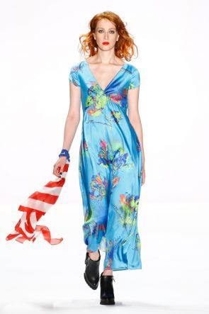 Sommerkleid blau von Anja Gockel Mode Frühjahr-Sommer 2017 zur Fashion Week Berlin 2016