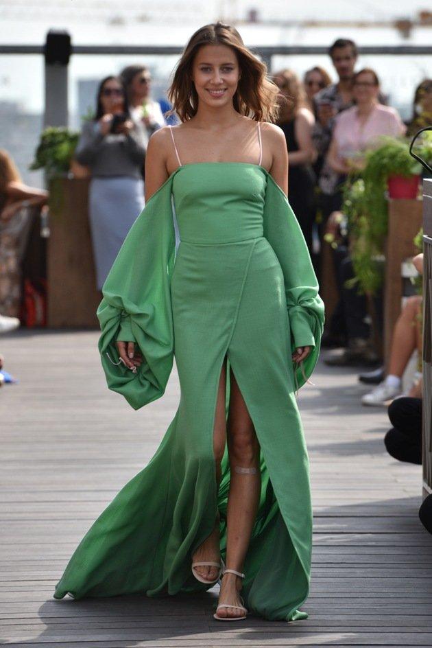 Grünes, langes Kleid Sommermode 2018 von Lana Mueller Fashion Week Berlin Juli 2017