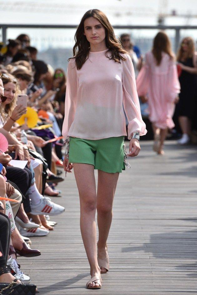 Hotpants und transparente, leichte Bluse Sommermode 2018 Lana Mueller Fashion Week Berlin Juli 2017