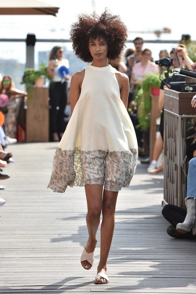 Kurzes Sommerkleid Neckholder Mode 2018 von Lana Mueller Fashion Week Berlin Juli 2017
