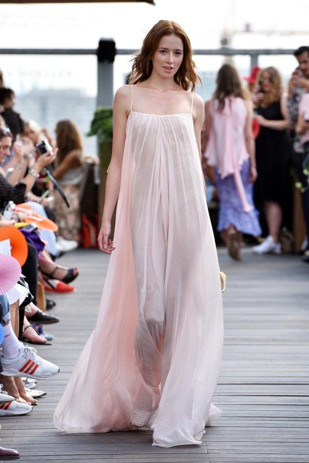Leichtes Sommerkleid mit Spagetti-trägern Mode 2018 von Lana Mueller Fashion Week Berlin Juli 2017