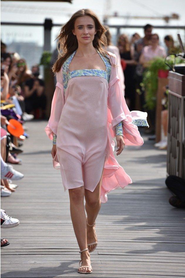 Rosa Kleid Frühjahr-Sommermode 2018 Lana Mueller Fashion Week Berlin Juli 2017