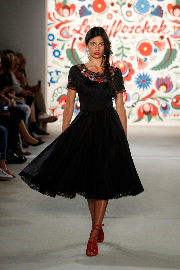 Schwarzes Kleid Lena Hoschek Sommermode 2018 Fashion Week Berlin Juli 2017