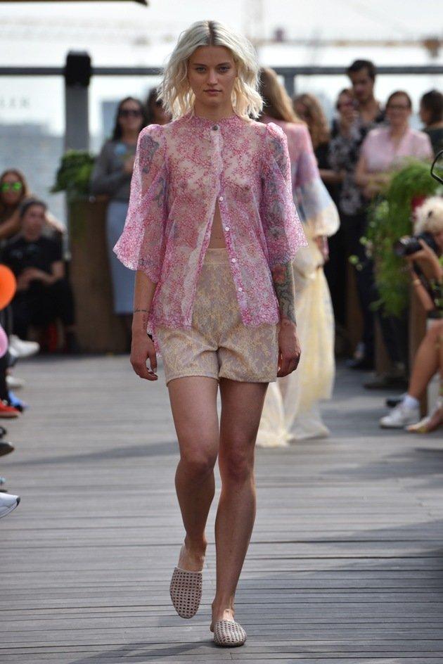 Transparente Bluse aus Spitze von Lana Mueller Sommermode 2018 Fashion Week Berlin Juli 2017