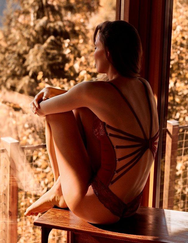 Body von Andres Sarda mit Rücken-Dekolletee, Model Venus, Farbe Bourgogne von hinten, Kollektion Winter 2018