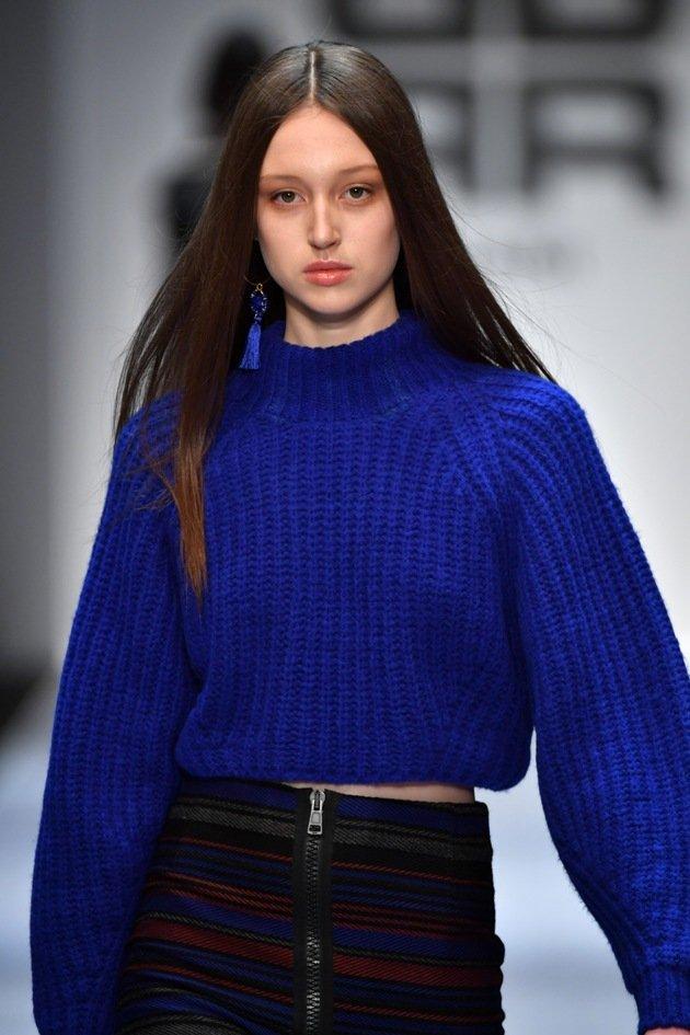 Blauer Winterpullover von RIANI - MBFW Fashion Week Berlin Januar 2018 - 1