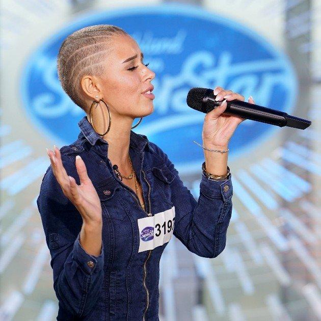 Frau mit kurzen haaren singt