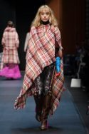Karierter Poncho von Dawid Tomaszewski zur Fashion Week Berlin Januar 2018 - 1