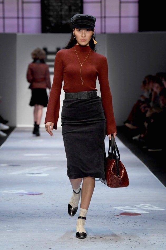 Maroon-farbener Pullover zu grauem Rock - RINAI MBFW Fashion Week Berlin Januar 2018 - 2