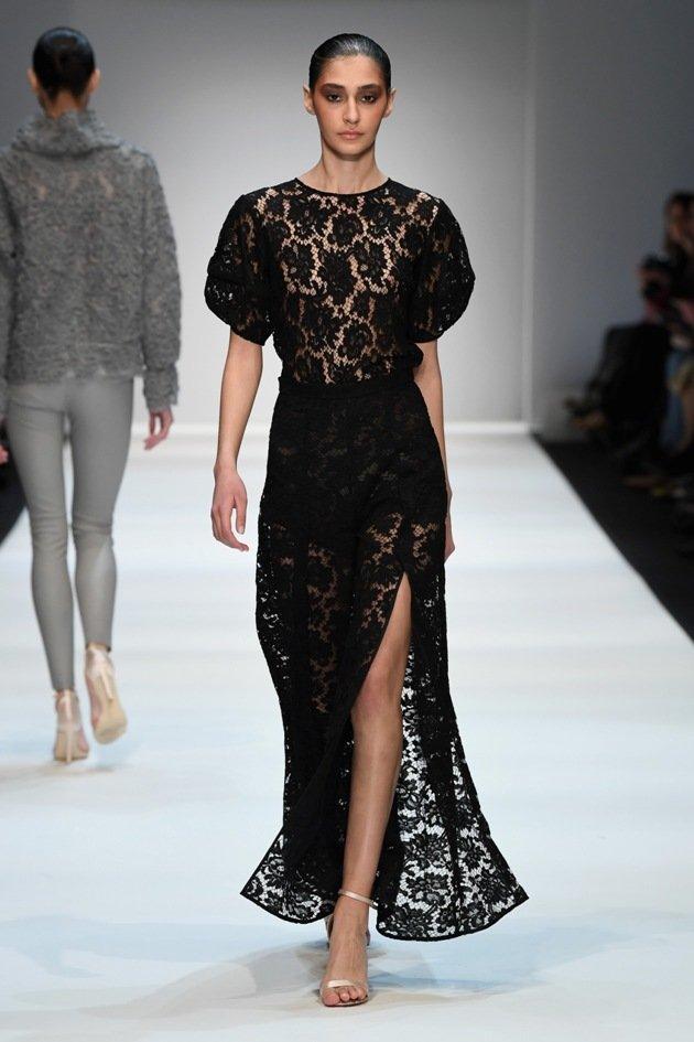 Schwarzes Spitzenkleid von Ewa Herzog zur MBFW Fashion Week Berlin Januar 2018 - 1 - 28