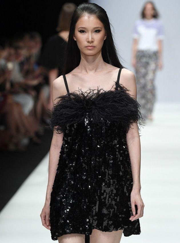 Babydoll-Kleid in Schwarz von Riani für die Mode Sommer 2019 auf der MBFW Fashion Week Berlin Juli 2018