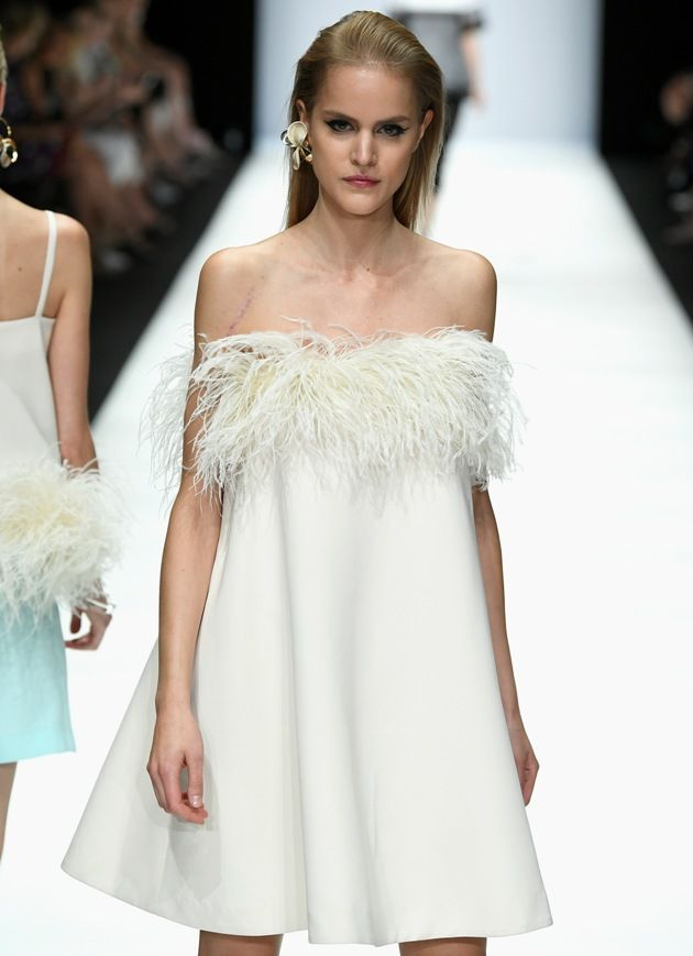 Babydoll-Kleid in Weiss von Riani Sommermode 2019 auf der MBFW Fashion Week Berlin Juli 2018