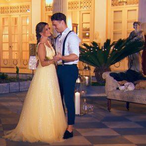 Bachelorette am 1.8.2018 - Der erste Kuss im Sisi-Palast - Bachelorette Nadine Klein im Abendkleid mit Alex