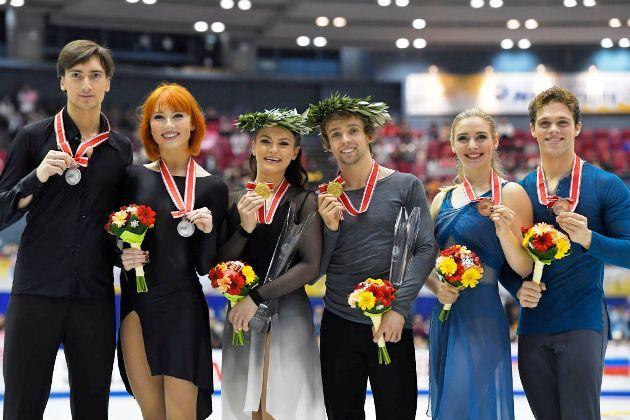 Eistanz Siegerehrung ISU Grand Prix NHK Trophy 2018 in Japan - Tiffani Zagorski - Jonathan Guerreiro aus Russland, Kaitlin Hawayek - Jean-Luc Baker aus den USA, Rachel und Michael Parsons aus den USA
