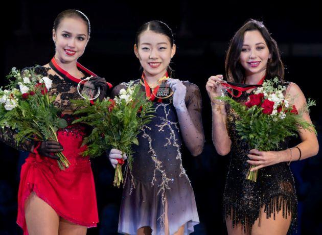 Eiskunstlauf Grand Prix-Finale 2018 Siegerehrung mit hier Alina Zagitova, Rika Kihira, Elizaveta Tuktamysheva