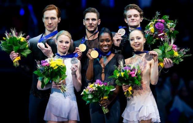 Eiskunstlauf EM 2019 Siegerehrung Paare in Minsk - hier im Bild: Evgenia Tarasova - Vladimir Morozov, Vanessa James - Morgan Cipres und Aleksandra Boikova - Dmitrii Kozlovskii