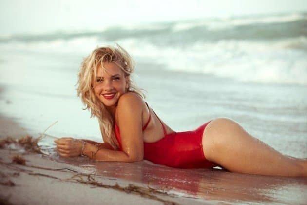 Evelyn Burdecki im Badeanzug von der Bachelor- zur Let's dance Kandidatin