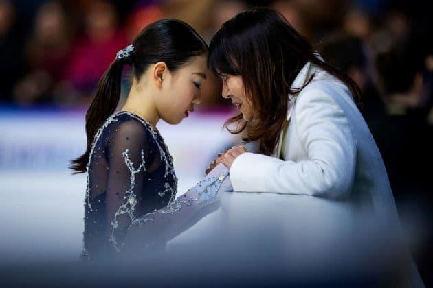 Rika Kihira mit ihrer Trainerin - Favoritin bei den 4 Continents 2019