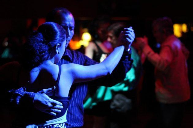 Verführerische Outfits bei Latino-Tänzen