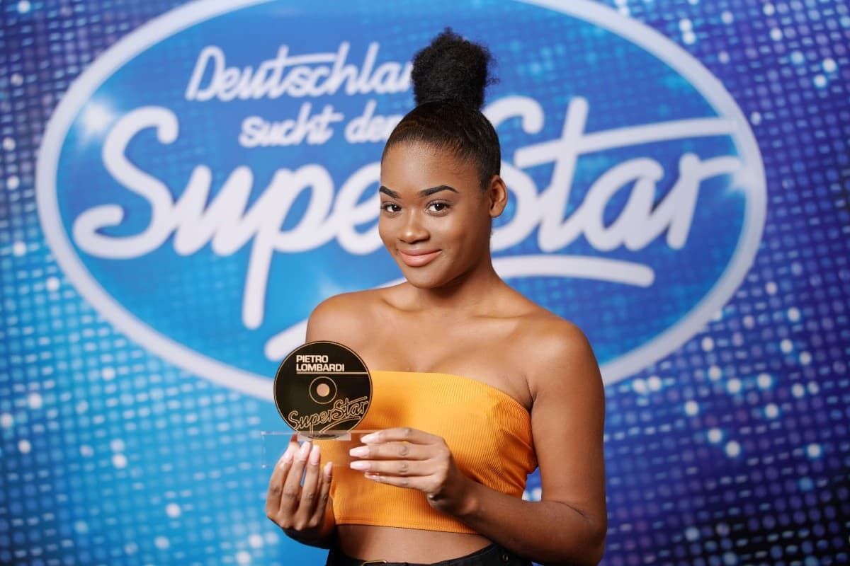 Jayla Ndoumbe Epoupa bei DSDS 2019 durch Goldene CD von Pietro Lombardi im Auslands-Recall