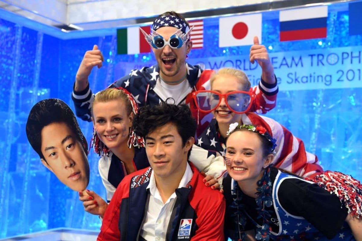 Nathan Chen zur World Team Trophy 2019 mit Team-Kollegen aus den USA, die sich über den 1. Platz im Kurzprogramm freuen