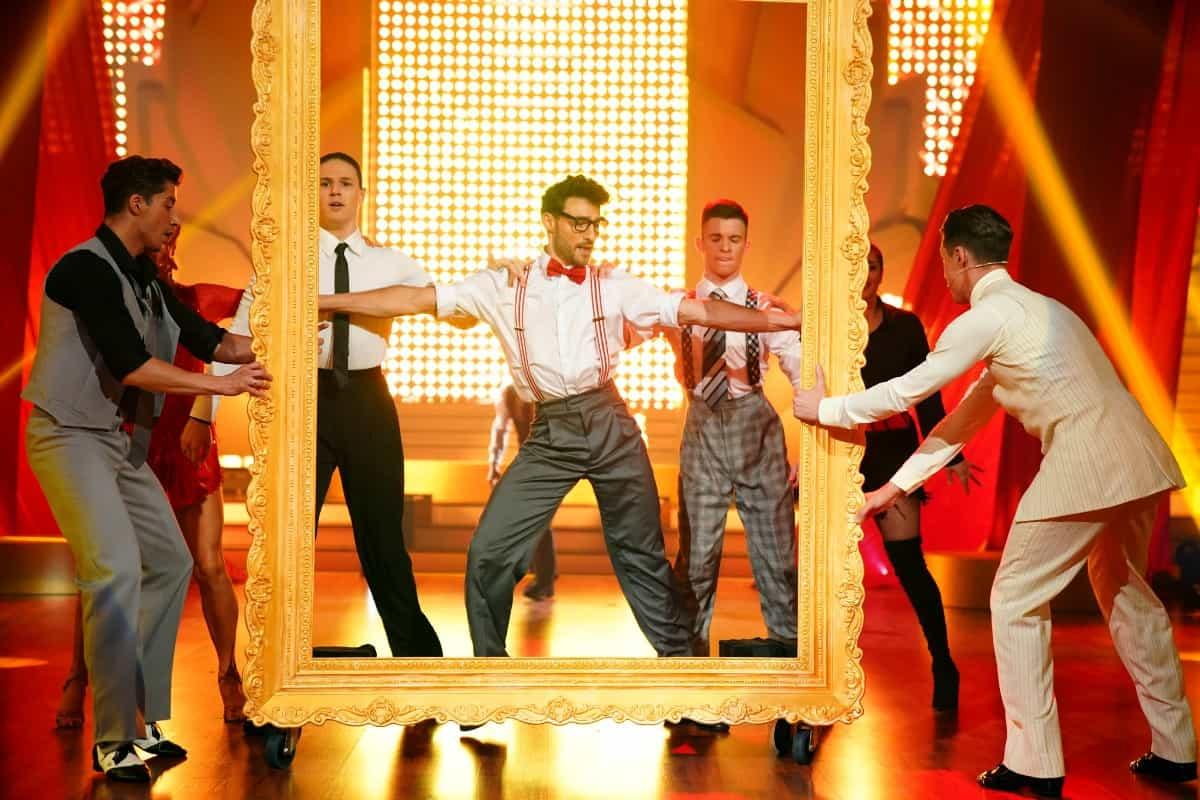 Robert Beitsch mit Tänzern u.a. Sergey Tatarenko -links- bei Let's dance am 27.6.2019