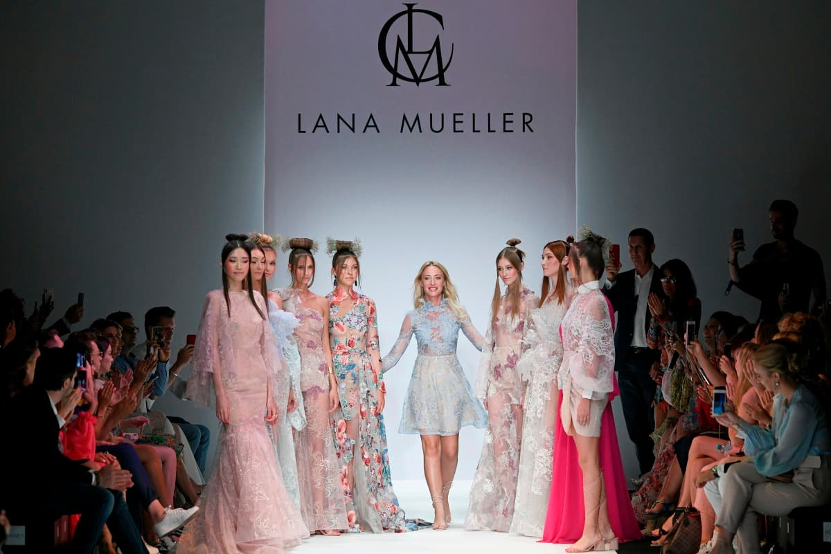 Lana Mueller im Kreis ihrer Models zur Mercedes-Benz Fashion Week Berlin Juli 2019