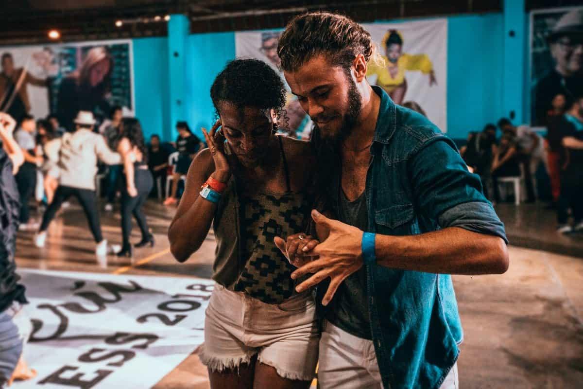 Tanzpaar tanzt Salsa