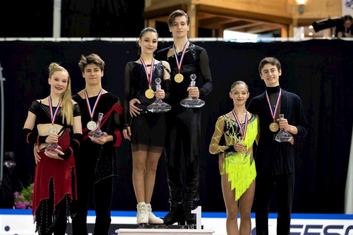 Eistanz Siegerehrung Junior Grand Prix Frankreich 2019 - hier im Bild Loicia Demougeot - Theo Le Mercier, Elizaveta Shanaeva - Devid Naryzhnyy und Ekaterina Katashinskaia - Aleksandr Vaskovich