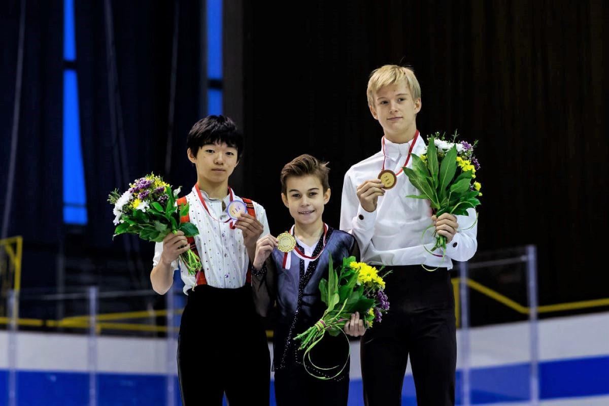 Siegerehrung Eiskunstlauf Junior Grand Prix Gdansk 2019 - hier im Bild: Yuma Kagiyama, Daniil Samsonov und Daniel Grass