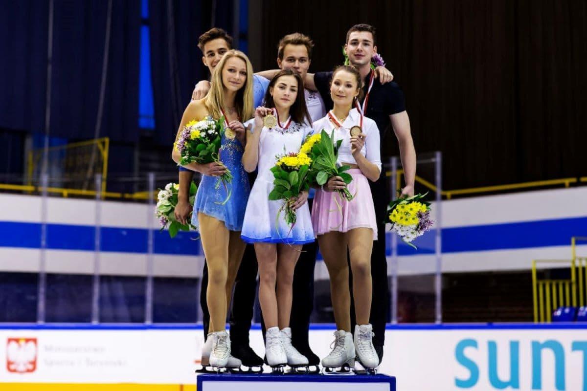 Siegerehrung Eiskunstlauf-Paare Junior Grand Prix Gdansk 2019 - hier im Bild: Kate Finster - Balazs Nagy, Apollinariia Panfilova - Dmitry Rylov und Annika Hocke - Robert Kunkel